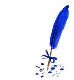 Εκλεκτής ποιότητας μάνδρα φτερών με τους λεκέδες μελανιού που απομονώνονται στο άσπρο υπόβαθρο Στοκ Φωτογραφίες