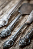 Εκλεκτής ποιότητας μαχαιροπήρουνα στο αγροτικό ξύλινο υπόβαθρο Στοκ Εικόνες