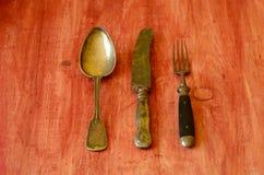Εκλεκτής ποιότητας μαχαιροπήρουνα στο καφετί ξύλινο υπόβαθρο Στοκ Εικόνες