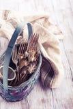Εκλεκτής ποιότητας μαχαιροπήρουνα στο παλαιό μπλε ψάθινο καλάθι Στοκ φωτογραφία με δικαίωμα ελεύθερης χρήσης