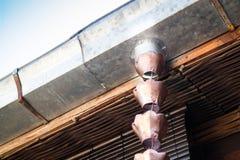 Εκλεκτής ποιότητας μεταλλικά κουδούνια που χρησιμοποιούνται για τα νερά βροχής εκκεντρικά στο zen garde Στοκ φωτογραφία με δικαίωμα ελεύθερης χρήσης