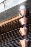Εκλεκτής ποιότητας μεταλλικά κουδούνια που χρησιμοποιούνται για τα νερά βροχής εκκεντρικά στο zen garde Στοκ Εικόνες