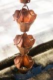 Εκλεκτής ποιότητας μεταλλικά κουδούνια που χρησιμοποιούνται για τα νερά βροχής εκκεντρικά στο zen garde Στοκ φωτογραφίες με δικαίωμα ελεύθερης χρήσης