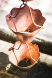 Εκλεκτής ποιότητας μεταλλικά κουδούνια που χρησιμοποιούνται για τα νερά βροχής εκκεντρικά στο zen garde Στοκ Εικόνα