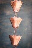 Εκλεκτής ποιότητας μεταλλικά κουδούνια που χρησιμοποιούνται για τα νερά βροχής εκκεντρικά στο zen garde Στοκ Φωτογραφίες