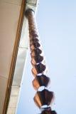 Εκλεκτής ποιότητας μεταλλικά κουδούνια που χρησιμοποιούνται για τα νερά βροχής εκκεντρικά στο zen garde Στοκ εικόνα με δικαίωμα ελεύθερης χρήσης