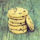 Εκλεκτής ποιότητας μπισκότα σοκολάτας στο ξύλινο υπόβαθρο Στοκ Εικόνα
