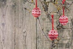Εκλεκτής ποιότητας μπιχλιμπίδια Χριστουγέννων πέρα από το ξύλινο υπόβαθρο στοκ εικόνες