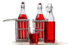 Εκλεκτής ποιότητας μπουκάλια με τον κόκκινο χυμό Στοκ Φωτογραφία