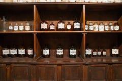 Εκλεκτής ποιότητας μπουκάλια στο παλαιό φαρμακείο στοκ εικόνα