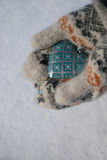 Εκλεκτής ποιότητας μπλε καρδιά στα χέρια Στοκ Εικόνα