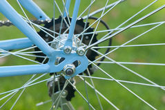 Εκλεκτής ποιότητας μπλε μέρος γυναικείων ποδηλάτων στο πάρκο πόλεων Στοκ φωτογραφία με δικαίωμα ελεύθερης χρήσης