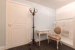 Εκλεκτής ποιότητας μπλε δωμάτιο σχεδίου με τα έπιπλα Στοκ Φωτογραφίες