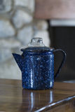 Εκλεκτής ποιότητας μπλε speckled δοχείο καφέ στοκ εικόνες