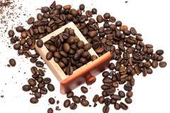Εκλεκτής ποιότητας μύλος καφέ που απομονώνεται στο άσπρο υπόβαθρο στοκ εικόνα