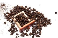 Εκλεκτής ποιότητας μύλος καφέ που απομονώνεται στο άσπρο υπόβαθρο στοκ εικόνες