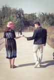 Εκλεκτής ποιότητας νέο ζεύγος ερωτευμένο σχετικά με τα χέρια έξω Στοκ φωτογραφίες με δικαίωμα ελεύθερης χρήσης