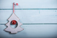 Εκλεκτής ποιότητας ντεκόρ χριστουγεννιάτικων δέντρων στο ξύλο στοκ φωτογραφίες