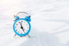 Εκλεκτής ποιότητας ξυπνητήρι στο χιόνι Η έννοια των Χριστουγέννων και του νέου έτους Μαγική σύνθεση Στοκ φωτογραφία με δικαίωμα ελεύθερης χρήσης