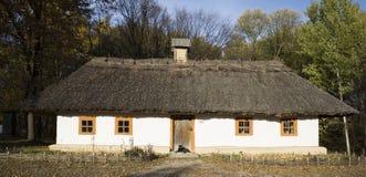 Εκλεκτής ποιότητας ξύλινη αγροικία με ασπρισμένος με τον ασβέστη που ασπρίζεται Στοκ Εικόνες