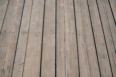 Εκλεκτής ποιότητας ξύλινη επιφάνεια με τις σανίδες και χάσματα στην προοπτική Στοκ Φωτογραφίες