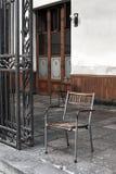 Εκλεκτής ποιότητας ξύλινη και καρέκλα σιδήρου σε ένα μέρος Στοκ εικόνες με δικαίωμα ελεύθερης χρήσης