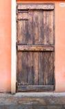 Εκλεκτής ποιότητας ξύλινη πόρτα σχεδίου στο τουβλότοιχο Στοκ φωτογραφία με δικαίωμα ελεύθερης χρήσης