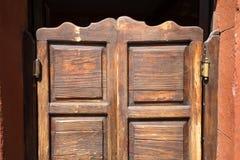 Εκλεκτής ποιότητας ξύλινη πόρτα ταλάντευσης Στοκ φωτογραφία με δικαίωμα ελεύθερης χρήσης