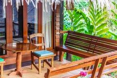 Εκλεκτής ποιότητας ξύλινοι καρέκλες, πάγκοι και πίνακας σε ένα εγχώριο μέρος Στοκ φωτογραφία με δικαίωμα ελεύθερης χρήσης