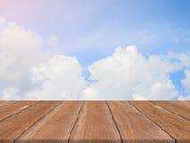 Εκλεκτής ποιότητας ξύλινος κενός πίνακας πινάκων μπροστά από το υπόβαθρο ουρανού Ξύλινο πάτωμα προοπτικής πέρα από τον ουρανό - μ Στοκ Εικόνες