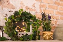 Εκλεκτής ποιότητας ξύλινο ορθογώνιο άσπρο πλαίσιο με τις πράσινες εγκαταστάσεις Floral σκηνή Στοκ Φωτογραφίες