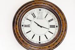 Εκλεκτής ποιότητας ξύλινο ρολόι σε ένα άσπρο υπόβαθρο Στοκ Εικόνα