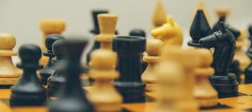 Εκλεκτής ποιότητας ξύλινο σκάκι στην κινηματογράφηση σε πρώτο πλάνο πινάκων σκακιού Στοκ εικόνες με δικαίωμα ελεύθερης χρήσης