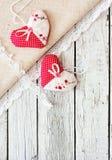 Εκλεκτής ποιότητας ξύλινο υπόβαθρο με τις καρδιές Στοκ εικόνες με δικαίωμα ελεύθερης χρήσης