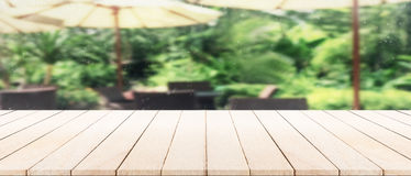 Εκλεκτής ποιότητας ξύλινο tabletop πανοράματος με το μουτζουρωμένο καναπέ και το χειροποίητο u Στοκ φωτογραφίες με δικαίωμα ελεύθερης χρήσης