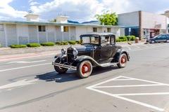 Εκλεκτής ποιότητας οδήγηση αυτοκινήτων της Ford μέσω των οδών του Ουίλιαμς, Αριζόνα στοκ εικόνα