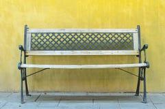 Εκλεκτής ποιότητας πάγκος ενάντια στον κίτρινο κενό τοίχο Στοκ Εικόνες