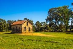 Εκλεκτής ποιότητας πέτρινο κτήριο στον τομέα στοκ φωτογραφία με δικαίωμα ελεύθερης χρήσης