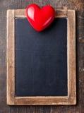 Εκλεκτής ποιότητας πίνακας κιμωλίας πλακών και κόκκινη καρδιά Στοκ Εικόνες