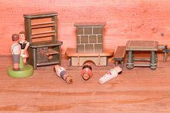 Εκλεκτής ποιότητας παιχνίδια για τα κορίτσια Ξύλινα αναδρομικά παιχνίδια Ντουλάπι παιχνιδιών και εστία παιχνιδιών Ξύλινα ομοιώματ Στοκ εικόνες με δικαίωμα ελεύθερης χρήσης