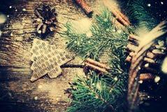 Εκλεκτής ποιότητας παιχνίδι δέντρων του FIR μετάλλων Χριστουγέννων φυσικό ύφος Συρμένο χιόνι Στοκ Εικόνες