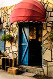Εκλεκτής ποιότητας παράθυρο εστιατορίων με τα ζωηρόχρωμες παραθυρόφυλλα και την ομπρέλα Στοκ Εικόνα