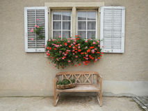 Εκλεκτής ποιότητας παράθυρο με τα λουλούδια και τα παραθυρόφυλλα στοκ φωτογραφία με δικαίωμα ελεύθερης χρήσης