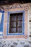 Εκλεκτής ποιότητας παράθυρο με τις χρωματισμένες διακοσμήσεις Στοκ εικόνες με δικαίωμα ελεύθερης χρήσης