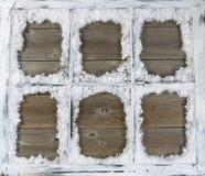 Εκλεκτής ποιότητας παράθυρο που καλύπτεται στο κονιοποιημένο χιόνι με το αγροτικό ξύλο στην πλάτη Στοκ εικόνες με δικαίωμα ελεύθερης χρήσης