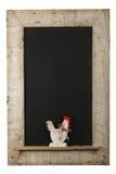 Εκλεκτής ποιότητας παρμένο πίνακας κιμωλίας ξύλινο πλαίσιο κοκκόρων κοτόπουλου Πάσχας Στοκ φωτογραφία με δικαίωμα ελεύθερης χρήσης