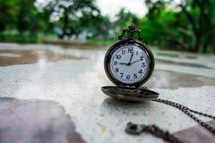 Εκλεκτής ποιότητας παλαιό ρολόι τσεπών στον πίνακα βεράντας Στοκ Εικόνες