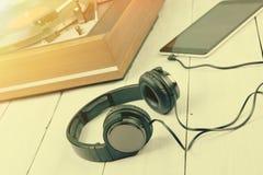 Εκλεκτής ποιότητας περιστροφική πλάκα, phablet και ακουστικά Στοκ Φωτογραφία