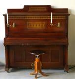 Εκλεκτής ποιότητας πιάνο με την εκκλησία κεριών Στοκ Εικόνες