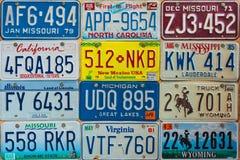 Εκλεκτής ποιότητας πινακίδες αριθμού κυκλοφορίας αυτοκινήτων σε έναν τοίχο Στοκ εικόνες με δικαίωμα ελεύθερης χρήσης